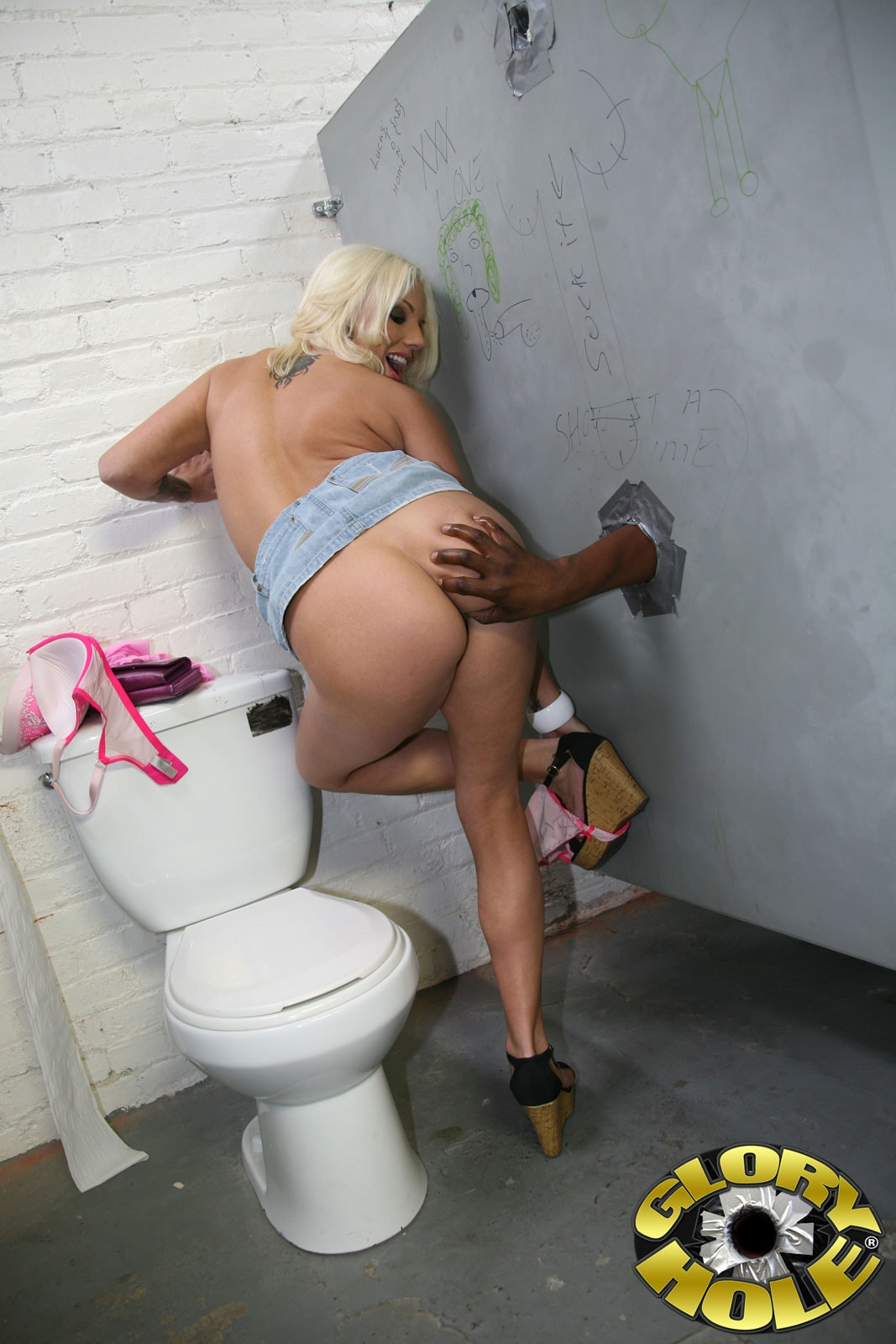 viebal-v-dirku-v-tualete