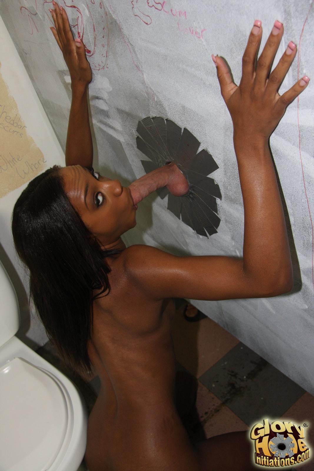 Соски в туалете черз дырки 18 фотография