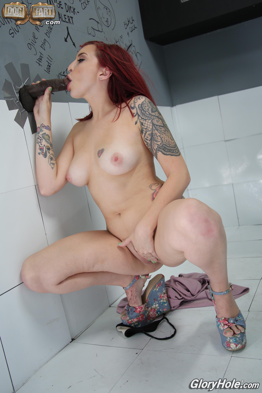 Amber Ivy betrügt ihren Freund mit schwarzem Monsterschwanz im Gloryhole-Raum